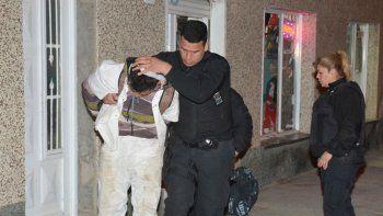 Tras ser reducido por un grupo de remiseros, la policía se hizo cargo del asaltante y lo trasladó a los calabozos de la Comisaría Seccional Primera.