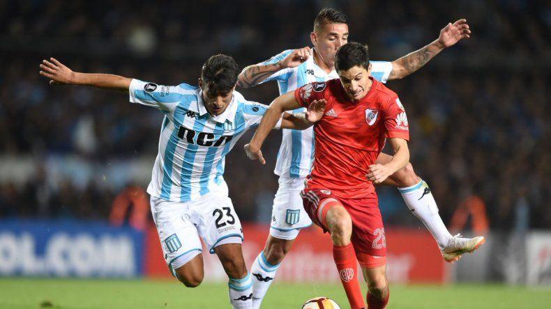 Ignacio Fernández disputa el balón con Alexis Soto y Ricardo Centurión en el partido jugado en Avellaneda.