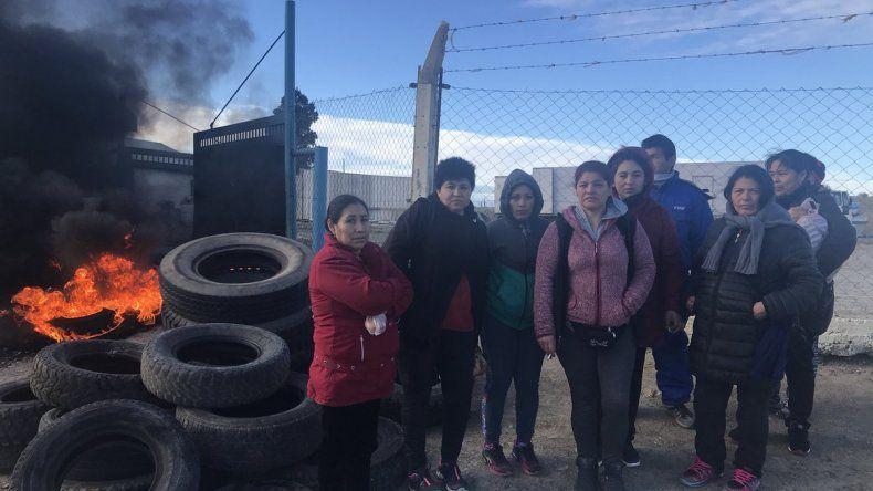 Trabajadores de pesquera queman cubiertas en el puerto