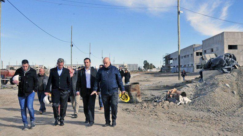 El gobernador al recorrer ayer la obra del nuevo hospital de Trelew.