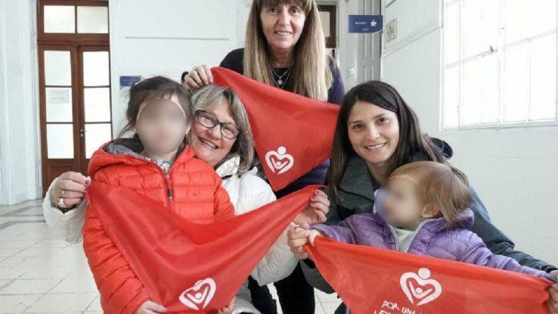 Llegaron los pañuelos rojos, por modificaciones en la ley de adopción