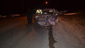Un choque frontal y un auto que terminó contra un poste