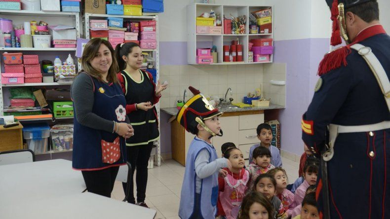 Los granaderos recorren escuelas y jardines de la ciudad