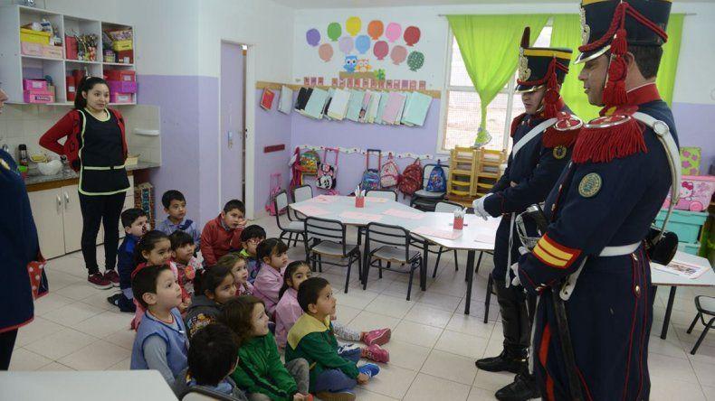 Granaderos del Ejército recorrerán escuelas y jardines de infantes de Comodoro durante toda la semana.