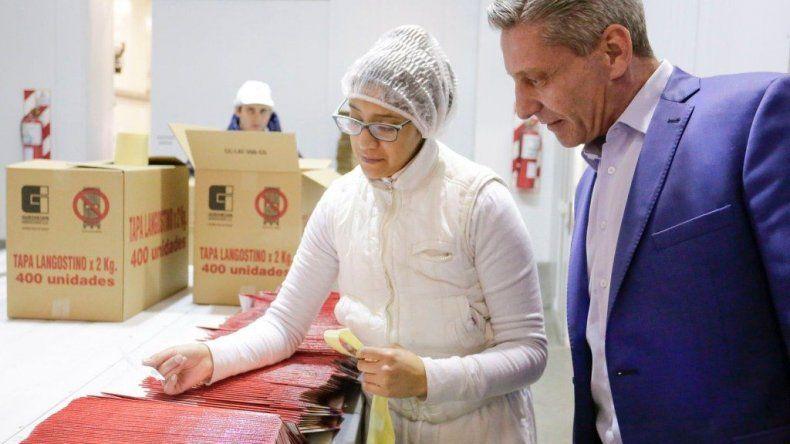 Arcioni recorrió la planta de procesamiento de langostinos