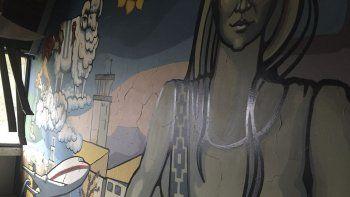 Así luce hoy el mural de Dolores Morón. Antes de tener la autorización para destruirlo, desde la empresa directamente lo descuidaron a la hora de hacer los trabajos de remodelación.