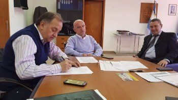 Linares selló el acuerdo con el ministro Garzonio y el subsecretario de Coordinación Económica, Luis Tarrío.