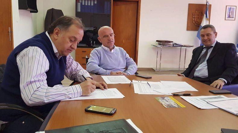 Linares selló el acuerdo con el ministro Garzonio y el subsecretario de Coordinación Económica