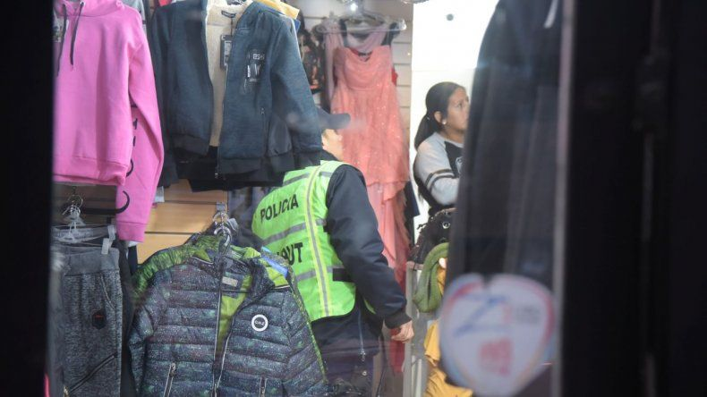 Se probó ropa y escapó de la tienda sin pagar