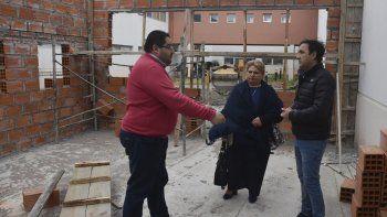 El director administrativo del Hospital Zonal de Caleta Olivia, Juan Basiglio –izquierda–, acompañó a los funcionarios del IDUV en la recorrida por las obras de ampliación del Departamento Oncología.