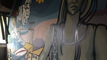El mural que se encuentra emplazado en la antigua estructura de la terminal aeroportuaria.