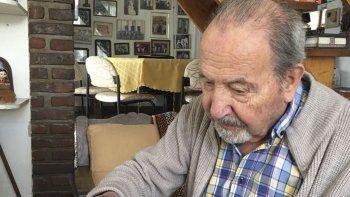 Mario Morón firma el petitorio para que no se pierda la obra de su esposa. A los 90 años, el médico repudia la decisión de la empresa concesionaria del aeropuerto.