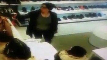 mecheras robaron una tienda y quedo grabado