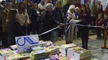 El intendente Facundo Prades y otras autoridades locales y provinciales realizaron el corte de cintas en la inauguración de la Feria del Libro.