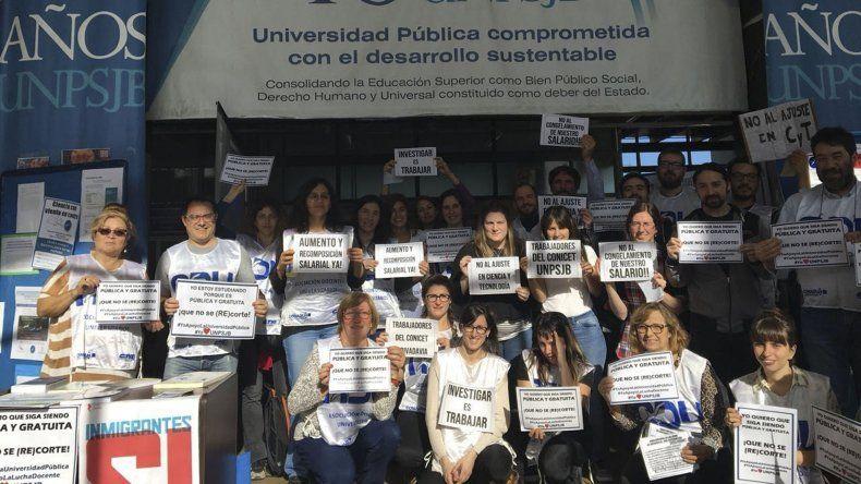 Los investigadores universitarios realizaron una feria para protestar contra el recorte prespuestario.