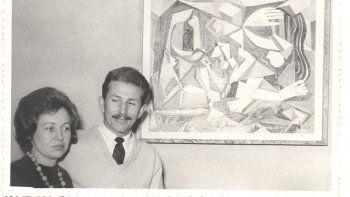 Micieslao Dola con uno de sus cuadros.