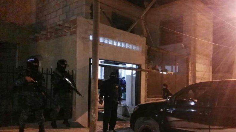 Cinco detenidos, secuestro de drogas, armas y dinero en allanamientos