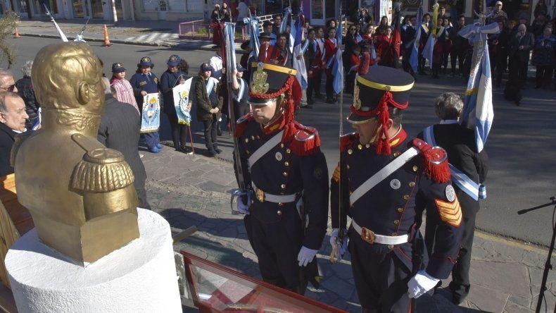 Los integrantes del histórico Regimiento de Granaderos depositaron la réplica del sable corvo del General San Martin junto al busto que perpetúa su figura.
