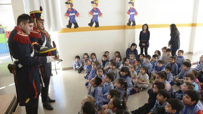 El municipio recibió la visita protocolar de granaderos que recorrieron escuelas