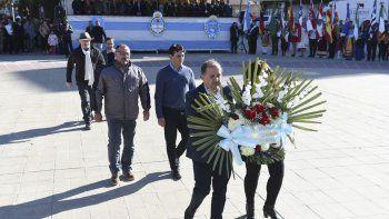 La colocación de ofrendas florales durante el acto realizado en la Plaza San Martín.