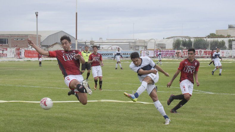 El clásico del fútbol de Comodoro Rivadavia se jugará esta tarde en cancha de Huracán.
