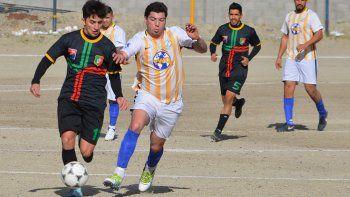 Oeste Juniors se hizo fuerte en su cancha para vencer 3-0 a Deportivo Portugués y por ahora es nuevo líder en el fútbol de ascenso de Comodoro Rivadavia. (Foto: Carlos Alvarez).