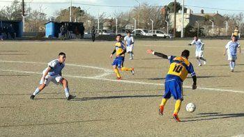 Ezequiel González, autor de los dos goles de Talleres, busca el espacio para descargar en el partido disputado ayer en el barrio Cemento.