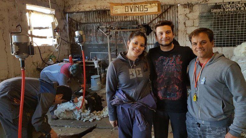 Nahuel y Brenda junto al profesor Actis en una imagen de archivo.