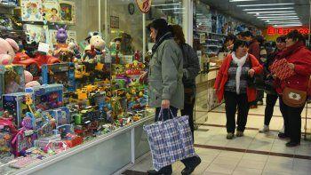 En los comercios céntricos la búsqueda por conseguir un regalo económico ayer se hizo extensa. Como viene sucediendo hace tres años, las ventas por el Día del Niño continúan en baja.