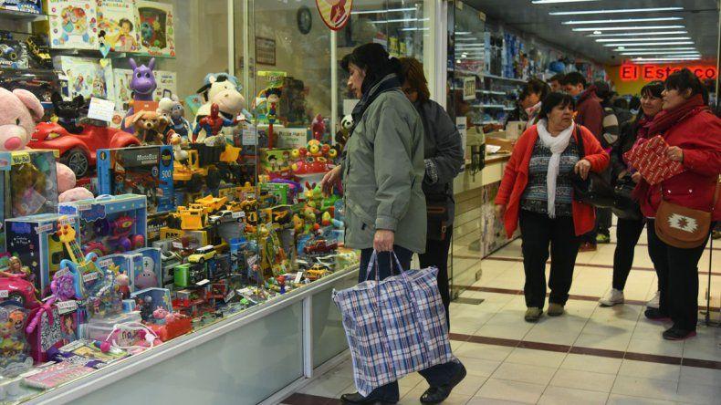 En los comercios céntricos la búsqueda por conseguir un regalo económico ayer se hizo extensa. Como viene sucediendo hace tres años