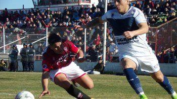 Huracán y Newbery empataron esta tarde en el barrio Industrial. Foto gentileza dewww.futbolcomodorense.com.ar