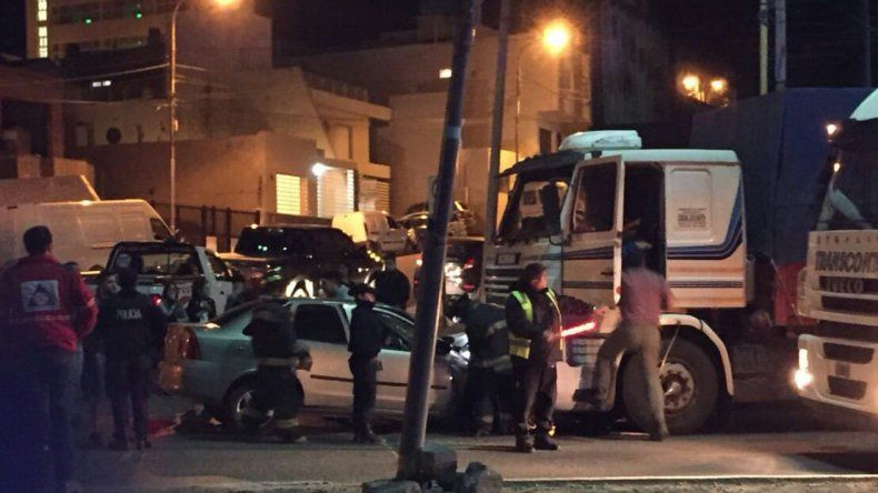 Se estrellaron contra un camión cuando trasladaban a un niño baleado