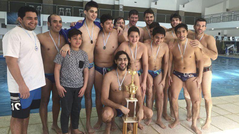 El equipo mayor de waterpolo de Comodoro se consagró campeón en la competencia que significó el retorno de un Regional a la capital petrolera.
