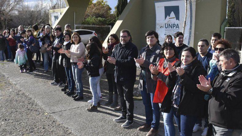 Centenares de alumnos y docentes de la unidad académica Caleta Olivia de la UNPA realizaron ayer un abrazo simbólico al edificio universitario por el recorte presupuestario.