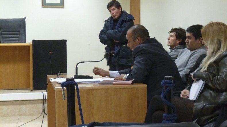 Los imputados junto a su abogado defensor.