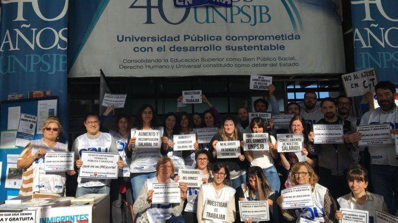 A partir del mediodía se realizará un abrazo simbólico al edificio de la Universidad Nacional de la Patagonia San Juan Bosco en defensa de la educación pública y gratuita.