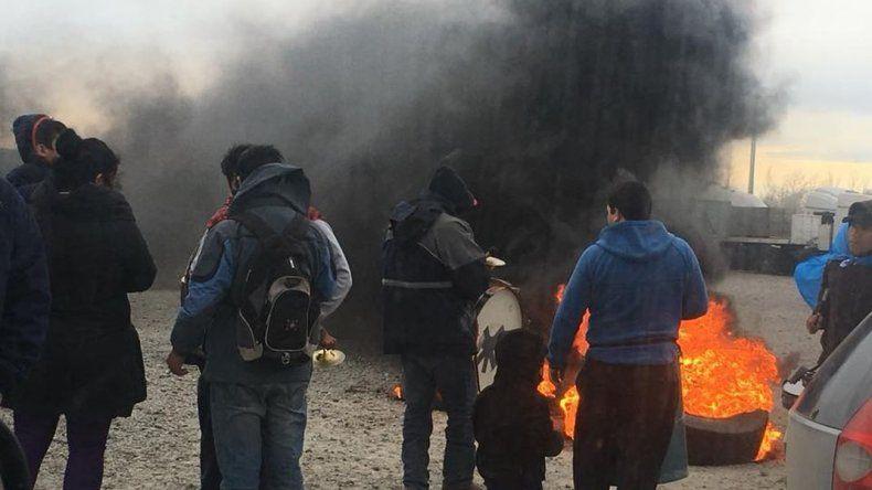 Habitantes de COMIPA bloquearon ayer la entrada y salida de camiones en Petroquímica en reclamo a las órdenes de desalojo que recibieron 116 familias.
