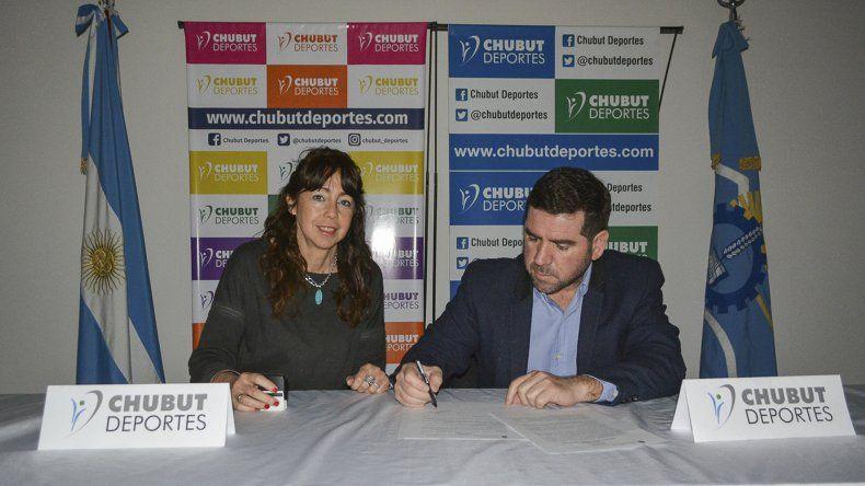Gabriela Liendo y Walter Ñonquepan durante la firma del acuerdo para el trabajo en conjunto y articulado de Chubut Deportes y el Instituto de Educación Superior N° 816.