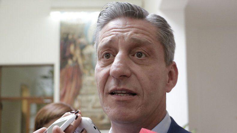 Arcioni firma convenios para viviendas y recibe el vuelo que une Córdoba con Trelew
