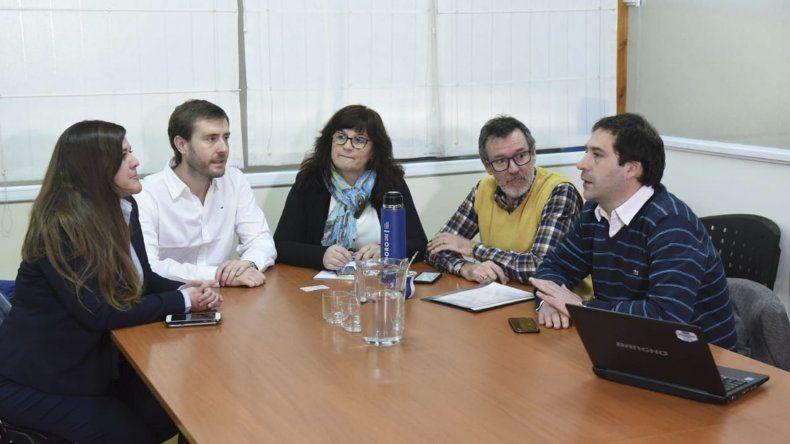 El encuentro que encabezó ayer el viceintendente Juan Pablo Luque con representantes de la Fundación YPF.