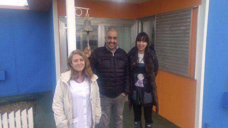 Fernando Pozo junto a docentes de la escuela rural.
