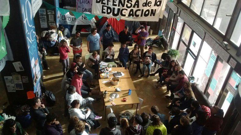 Estudiantes realizaron una olla popular en el marco del acampe que protagonizan en el hall de la sede central de la UNPSJB.