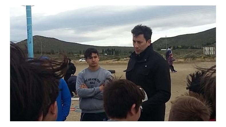 Patricio Albacete dialoga con los chicos de Chenque RC ayer en Rada Tilly.
