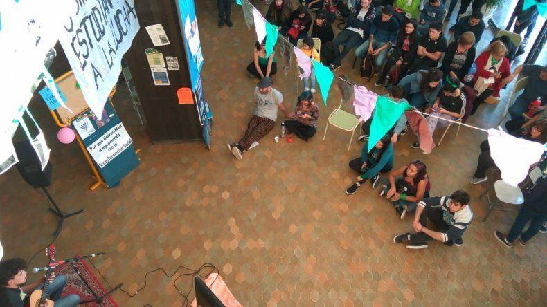 Estudiantes universitarios y secundarios del CUP realizan una toma pacífica del edificio de la Universidad
