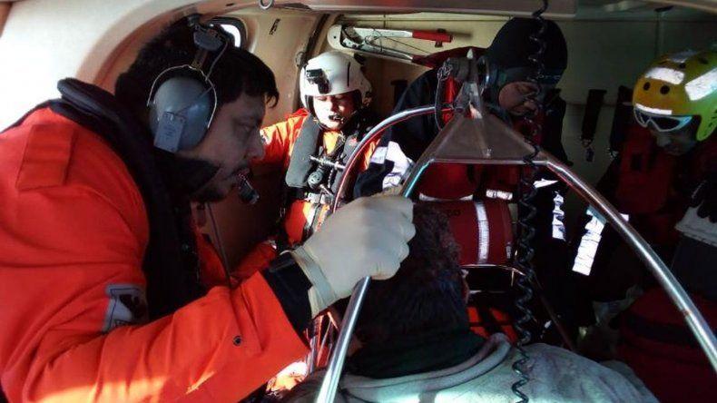 Prefectura rescató en el mar a un tripulante herido