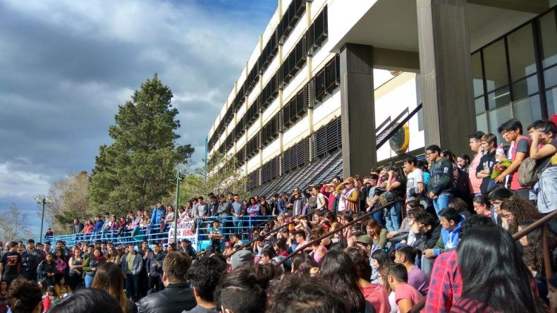 Multitudinaria asamblea en las escalinatas de la Universidad