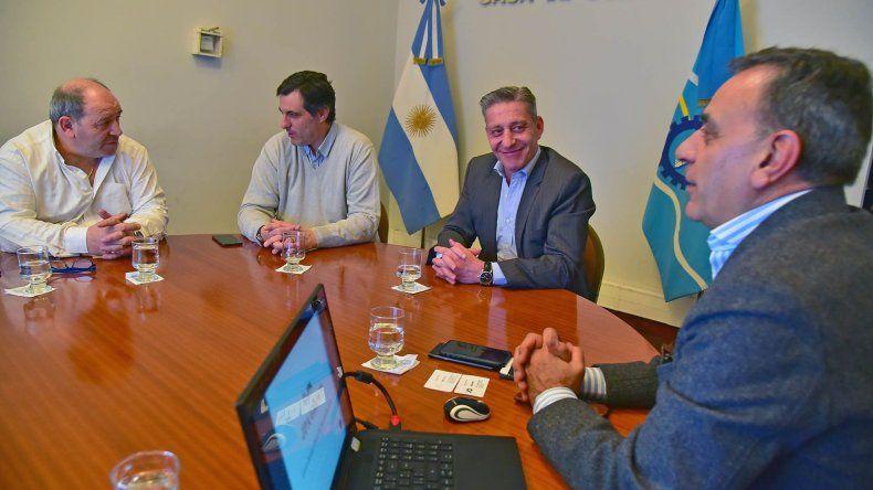 El gobernador también se reunió ayer con potenciales inversores para el puerto de Rawson.
