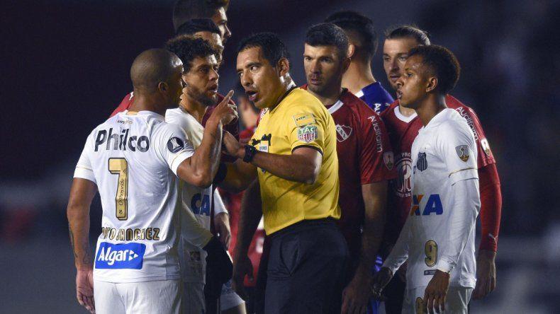 Con incidentes en el partido, Independiente pasó a cuartos