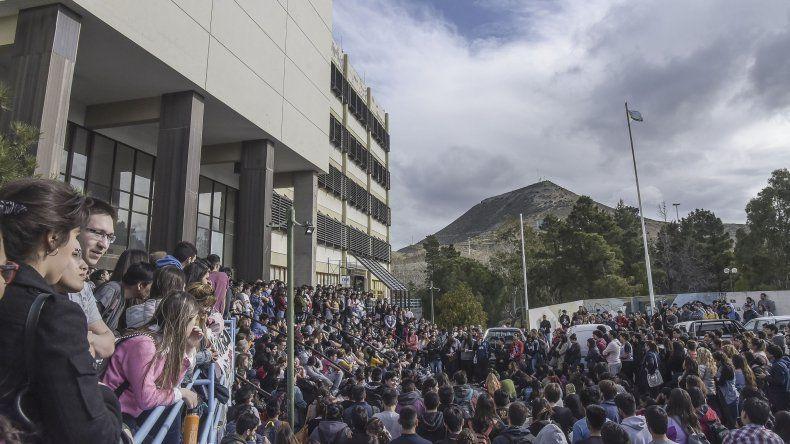 La multitudinaria asamblea del martes en la universidad donde se decidió la continuidad del plan de lucha.