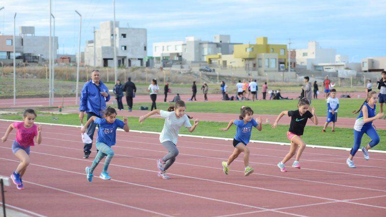 El atletismo regresa con una prueba de pista y campo al aire libre.
